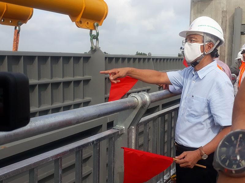 Lắp cửa van ngăn triều lớn nhất Việt Nam - ảnh 1