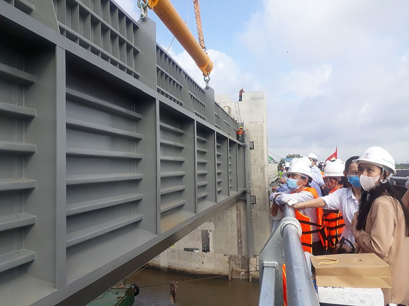 Lắp cửa van ngăn triều lớn nhất Việt Nam - ảnh 2