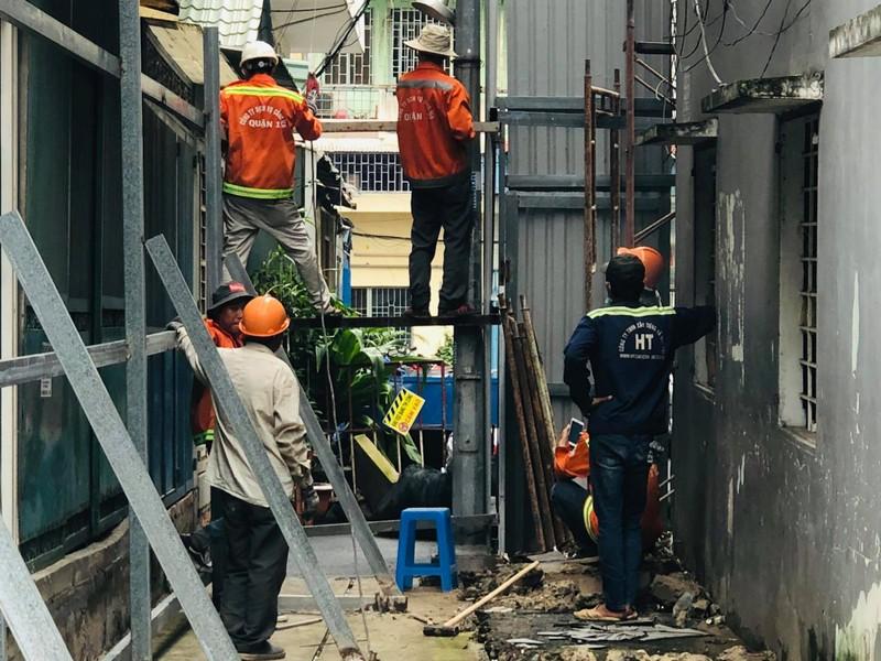 Bắt đầu phá dỡ chung cư nghiêng gần nửa mét ở TP.HCM - ảnh 1