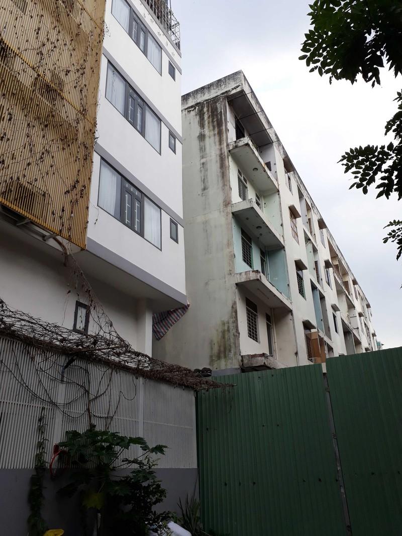Cận cảnh tháo dỡ chung cư nghiêng ở TP.HCM - ảnh 1
