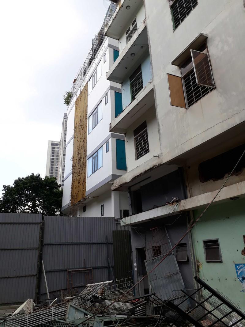 Cận cảnh tháo dỡ chung cư nghiêng ở TP.HCM - ảnh 2