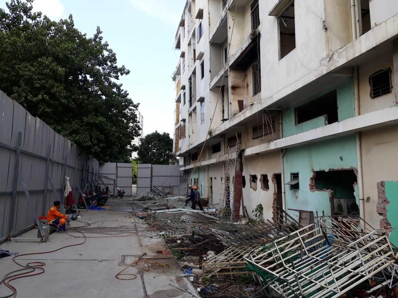 Cận cảnh tháo dỡ chung cư nghiêng ở TP.HCM - ảnh 6