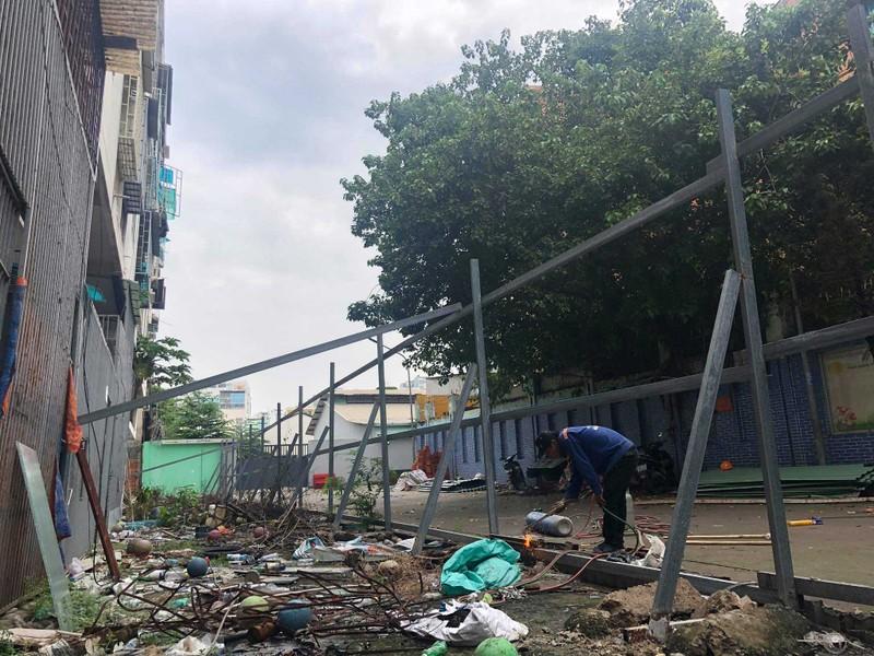 Cận cảnh tháo dỡ chung cư nghiêng ở TP.HCM - ảnh 3