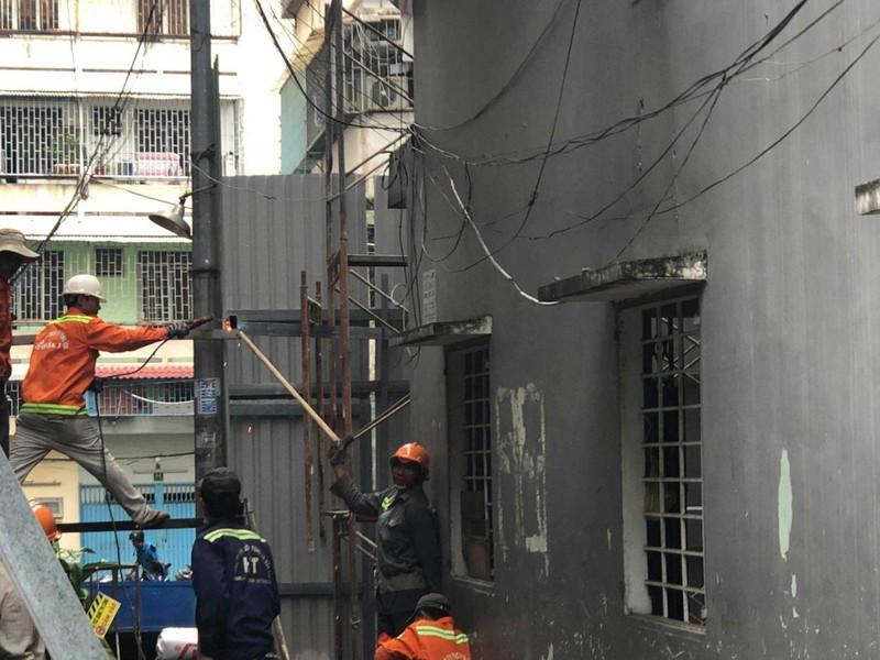 Cận cảnh tháo dỡ chung cư nghiêng ở TP.HCM - ảnh 5