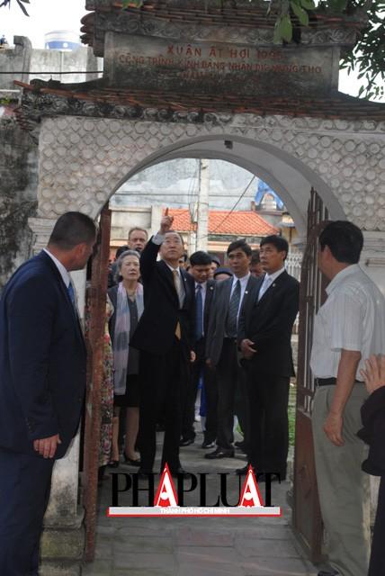 Chùm ảnh độc quyền: Ông Ban Ki - Moon làm gì tại nhà thờ họ Phan Huy? - ảnh 3
