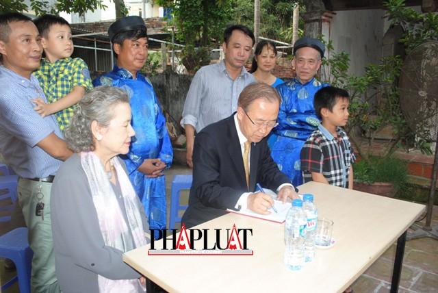 Chùm ảnh độc quyền: Ông Ban Ki - Moon làm gì tại nhà thờ họ Phan Huy? - ảnh 10