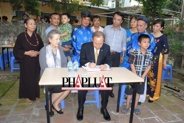 Chùm ảnh độc quyền: Ông Ban Ki - Moon làm gì tại nhà thờ họ Phan Huy? - ảnh 11