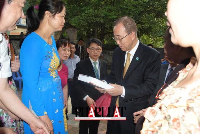 Chùm ảnh độc quyền: Ông Ban Ki - Moon làm gì tại nhà thờ họ Phan Huy? - ảnh 14