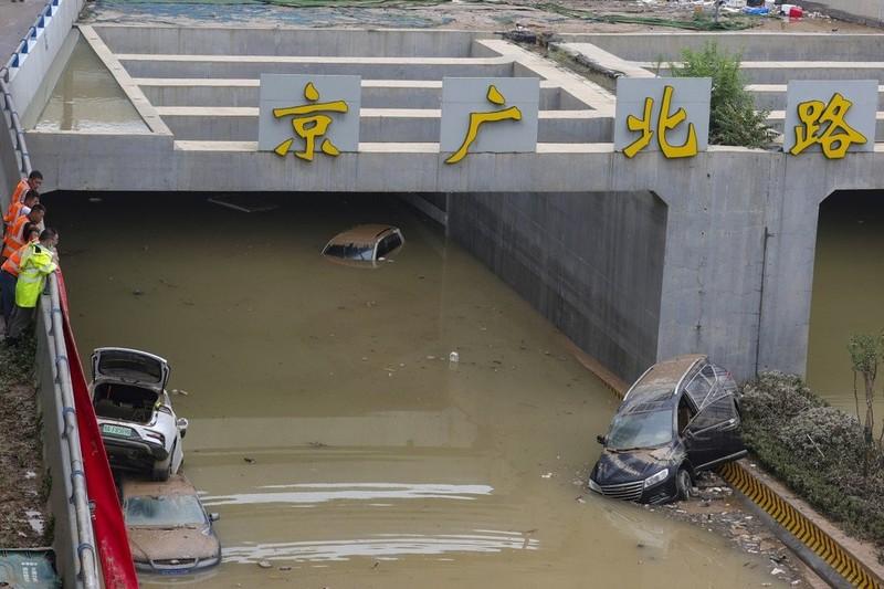 Trung Quốc chưa qua cơn lụt lịch sử lại phải đối phó bão lớn - ảnh 1