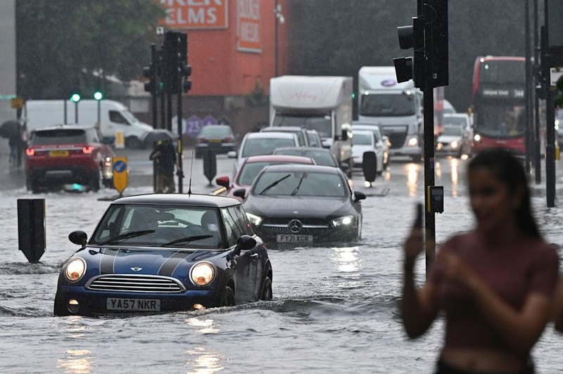 Mưa lớn khiến đường phố London 'chìm trong biển nước' - ảnh 1