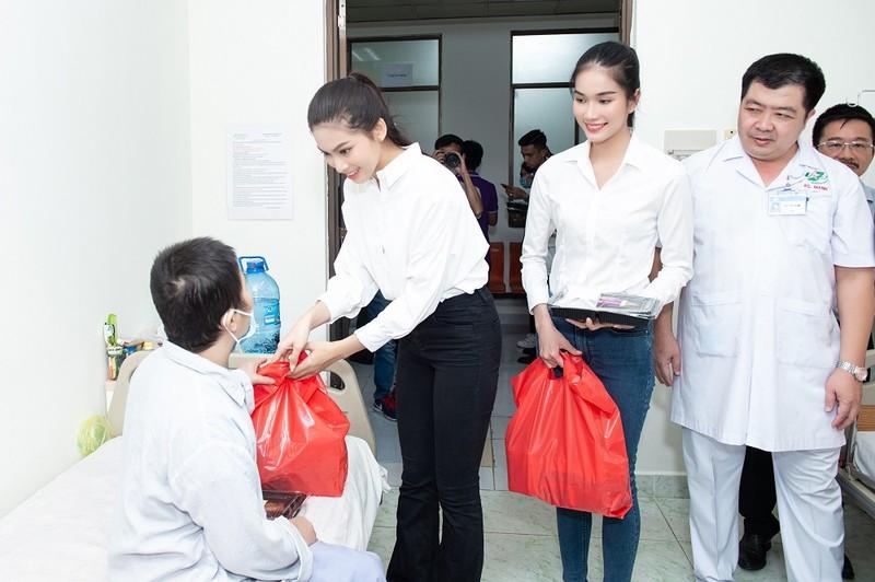 Chuyến từ thiện đầu tiên của tân Hoa hậu Đỗ Thị Hà - ảnh 4