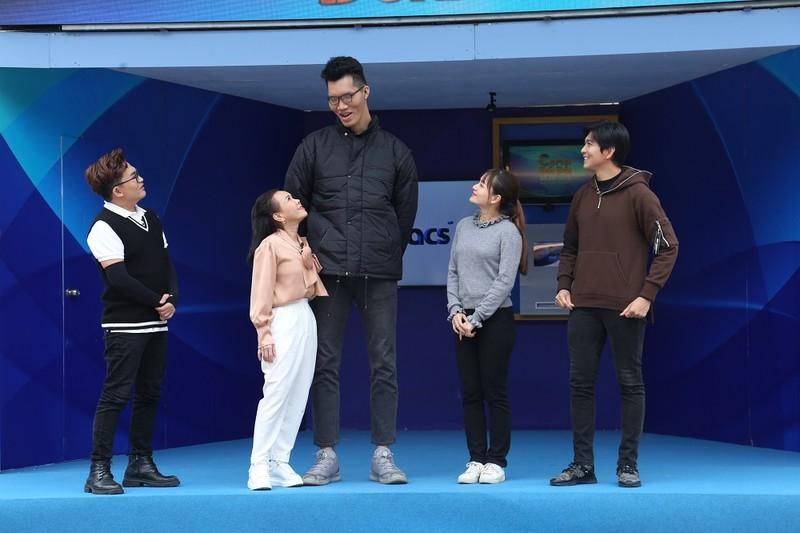 Việt Hương ngước nhìn chiều cao 2m2 của Trần Ngọc Tú - ảnh 1