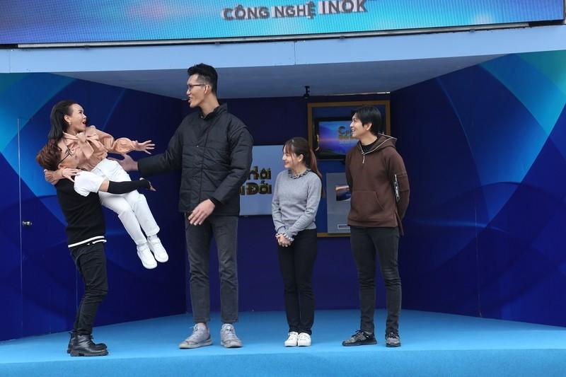 Việt Hương ngước nhìn chiều cao 2m2 của Trần Ngọc Tú - ảnh 3