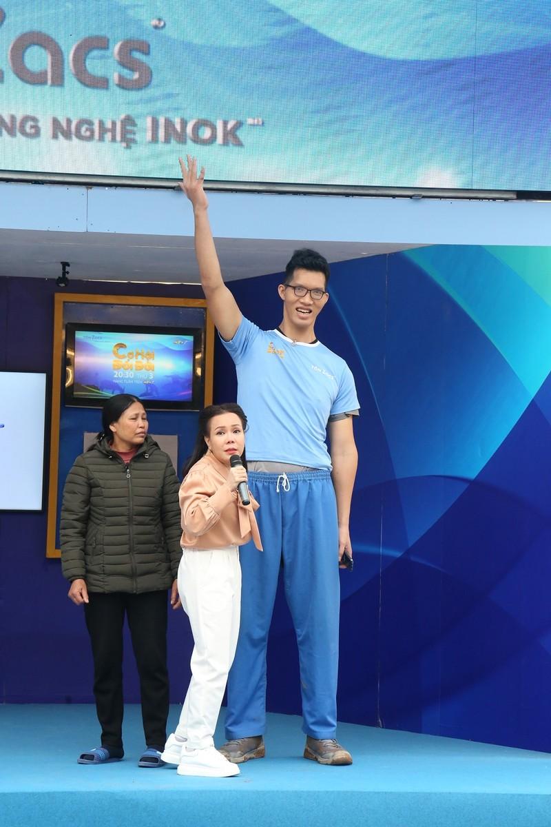 Việt Hương ngước nhìn chiều cao 2m2 của Trần Ngọc Tú - ảnh 4