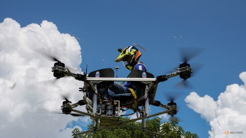 Ảnh:Sinh viên Campuchia thiết kế máy bay không người lái kiêm taxi, xe cứu hỏa - ảnh 2