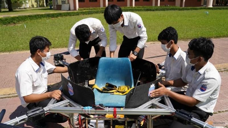 Ảnh:Sinh viên Campuchia thiết kế máy bay không người lái kiêm taxi, xe cứu hỏa - ảnh 1