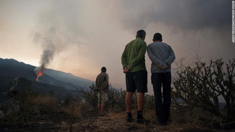 Ảnh: Sau 3 tuần, núi lửa ở Tây Ban Nha vẫn phun đáng sợ, một phần chóp bị sập - ảnh 2