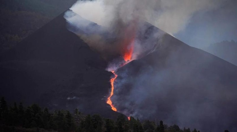 Ảnh: Sau 3 tuần, núi lửa ở Tây Ban Nha vẫn phun đáng sợ, một phần chóp bị sập - ảnh 3