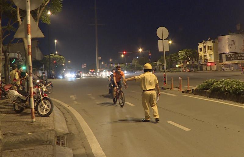 Đi xe đạp vào làn ôtô sẽ bị xử lý ra sao? - ảnh 1