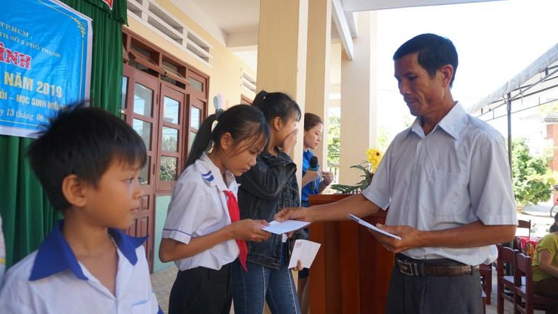 Báo Pháp Luật TP.HCM trao 70 suất học bổng cho HS Quảng Ngãi - ảnh 3