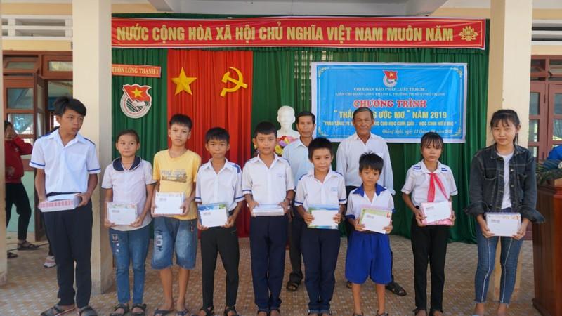 Báo Pháp Luật TP.HCM trao 70 suất học bổng cho HS Quảng Ngãi - ảnh 4