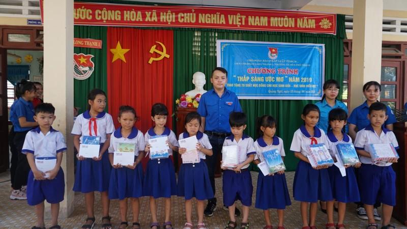 Báo Pháp Luật TP.HCM trao 70 suất học bổng cho HS Quảng Ngãi - ảnh 5