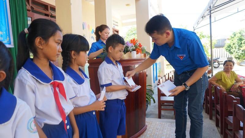 Báo Pháp Luật TP.HCM trao 70 suất học bổng cho HS Quảng Ngãi - ảnh 6