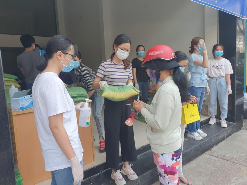 Văn phòng công chứng Bến Nghé phát gạo cho người nghèo - ảnh 2