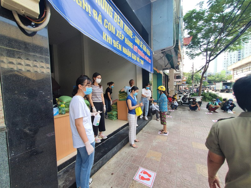 Văn phòng công chứng Bến Nghé phát gạo cho người nghèo - ảnh 1