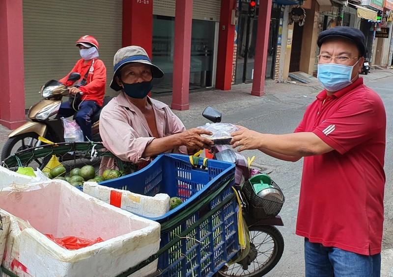 UBND phường 3, quận 11 phát cơm miễn phí cho người khó khăn - ảnh 2