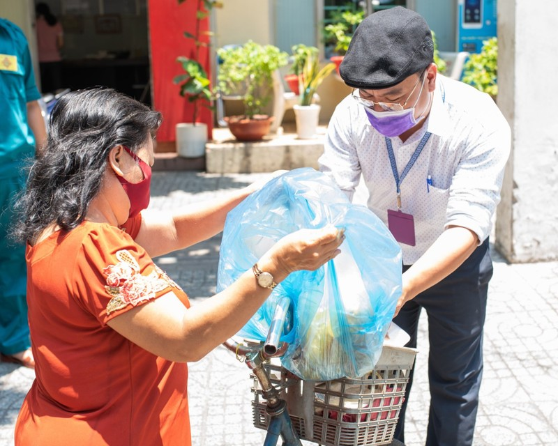 UBND phường 3, quận 11 phát cơm miễn phí cho người khó khăn - ảnh 3