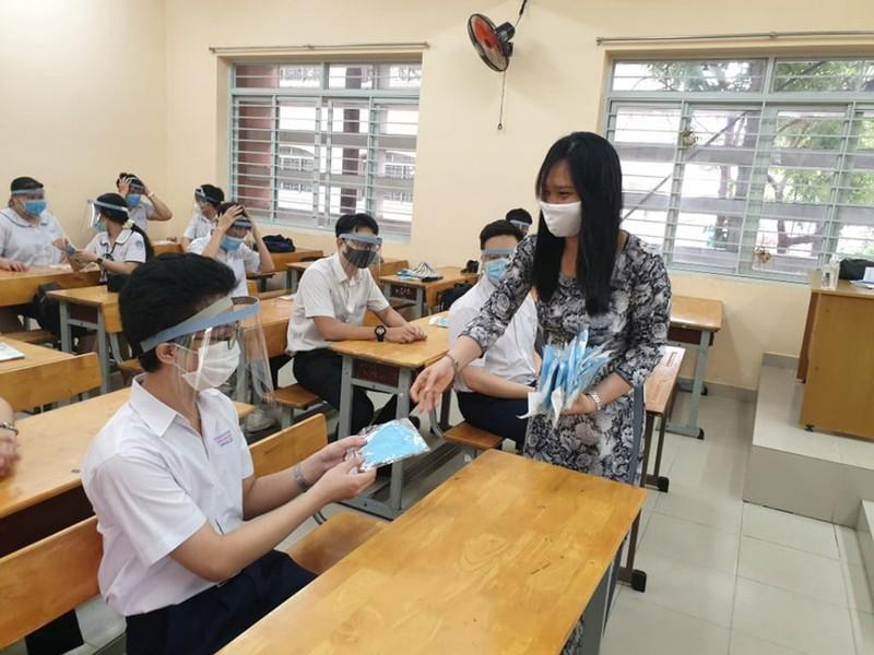 Không cần thiết phải đội nón chống giọt bắn khi ngồi học - ảnh 1
