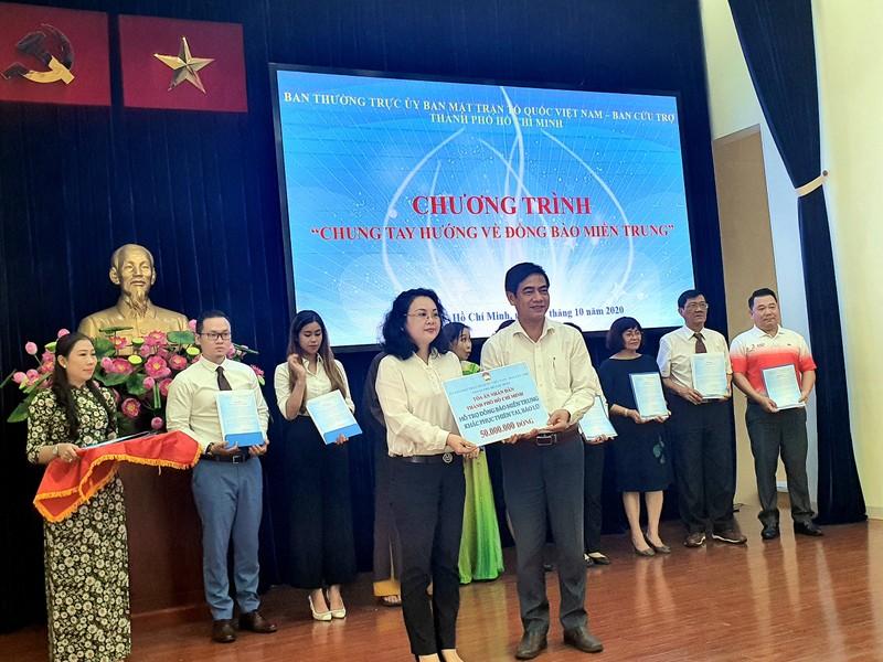 Hơn 7,7 tỉ đồng hỗ trợ cho miền Trung thông qua UBMTTQ TP.HCM - ảnh 5