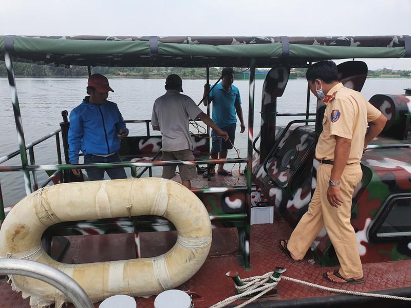 2 người chích cá trên sông Sài Gòn bị bắt  - ảnh 1