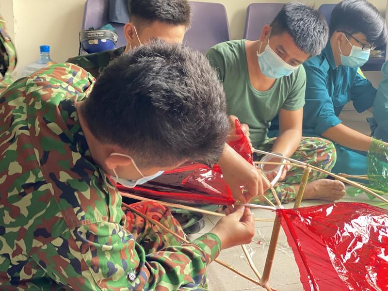 TP.HCM: Bộ đội làm lồng đèn trung thu tặng trẻ em trong mùa dịch - ảnh 2
