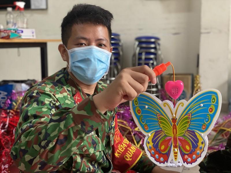 TP.HCM: Bộ đội làm lồng đèn trung thu tặng trẻ em trong mùa dịch - ảnh 6