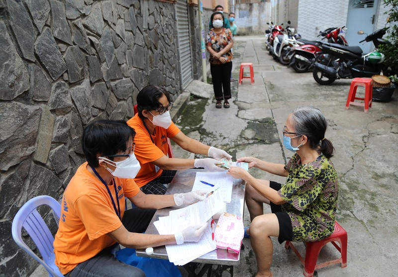 TP.HCM: Đang trao tiền hỗ trợ đợt 3 cho người dân khó khăn - ảnh 1