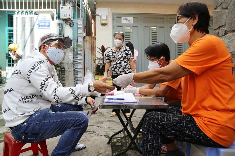 TP.HCM: Đang trao tiền hỗ trợ đợt 3 cho người dân khó khăn - ảnh 6