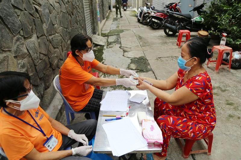 TP.HCM: Đang trao tiền hỗ trợ đợt 3 cho người dân khó khăn - ảnh 7