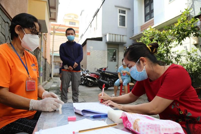 TP.HCM: Đang trao tiền hỗ trợ đợt 3 cho người dân khó khăn - ảnh 2