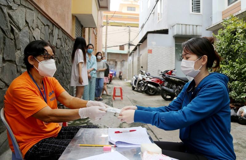 TP.HCM: Đang trao tiền hỗ trợ đợt 3 cho người dân khó khăn - ảnh 4