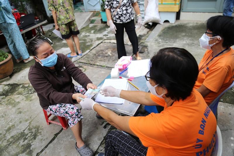 TP.HCM: Đang trao tiền hỗ trợ đợt 3 cho người dân khó khăn - ảnh 5