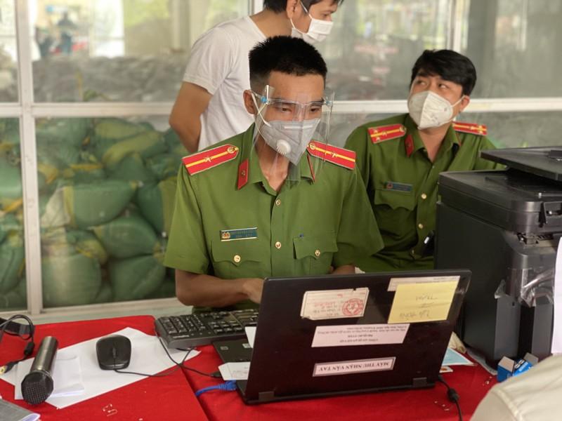 Ảnh: Người dân đi làm CCCD trở lại sau khi TP.HCM nới lỏng giãn cách - ảnh 7