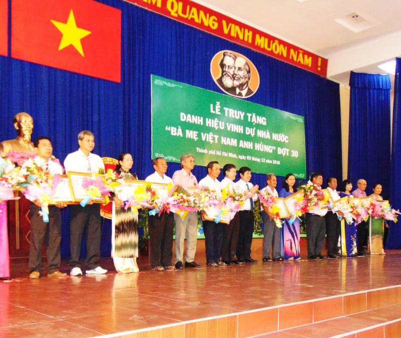 TP.HCM truy tặng 107 bà mẹ Việt Nam anh hùng - ảnh 2