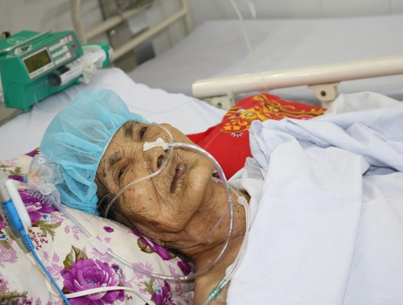 Phẫu thuật chân gãy cho mẹ Việt Nam anh hùng 100 tuổi - ảnh 1