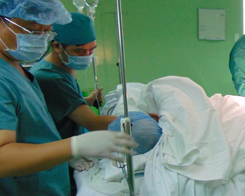 Sập nhà, 4 người nhập viện 1 người tràn máu màng phổi - ảnh 1