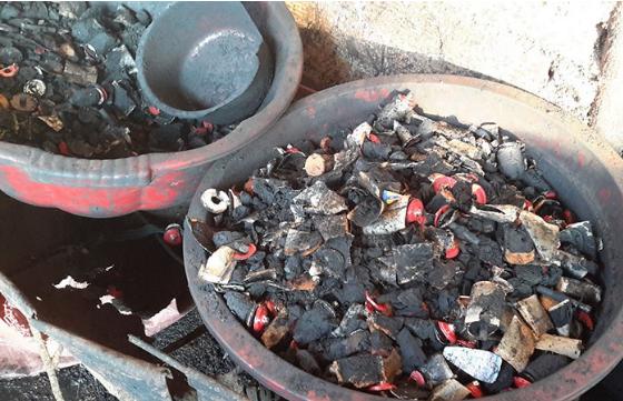 Số lõi pin dùng để nhuộm cà phê được phát hiện tại cơ sở.