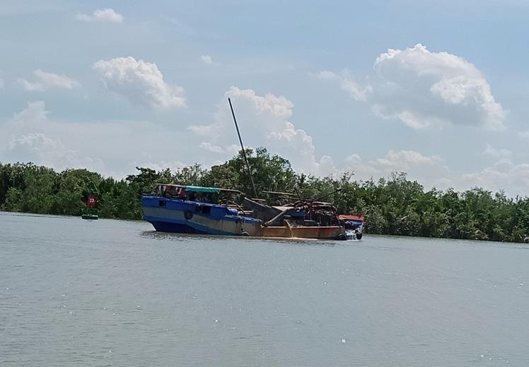 Lại phát hiện bơm hút cát lén lút trên sông Đồng Tranh - ảnh 1