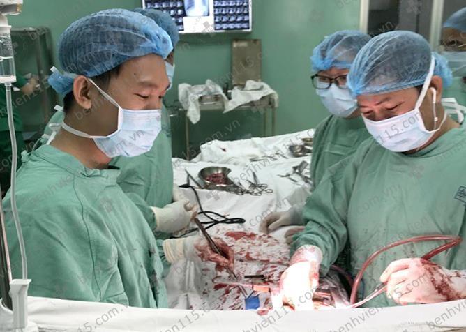 U trung thất 'hành hạ' khiến bệnh nhân phải ngủ ngồi - ảnh 1