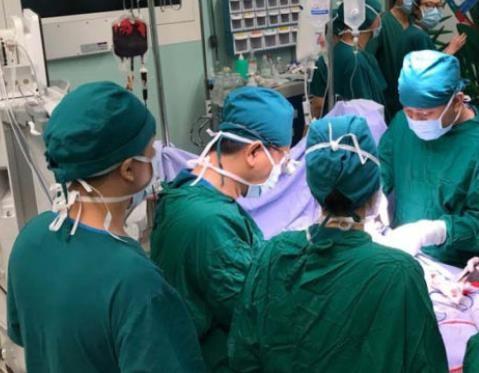 Hai bệnh viện hợp sức cứu sống bệnh nhân gần đứt lìa tay trái - ảnh 1